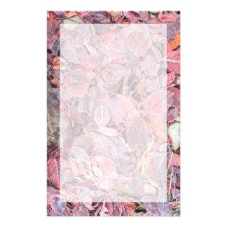 Papeterie Frost sur le feuille tombé, couleurs d'automne,