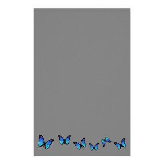 Papeterie papillons bleus sur l'arrière - plan argenté