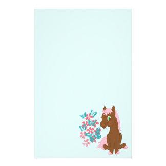 Papeterie Poney de Brown avec des fleurs et des papillons