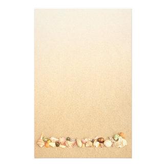 Papeterie Rangée des coquillages sur le sable de plage