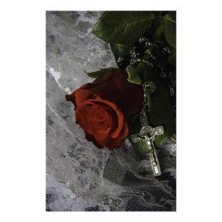 Papeterie rose rouge et chapelet de croix