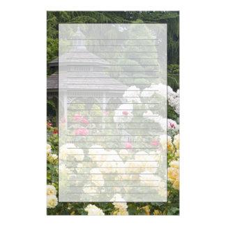 Papeterie Roses dans la roseraie de fleur et de belvédère au