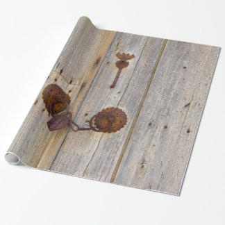 Papier Cadeau Vieux cadenas vintage rouillé de fer sur une porte