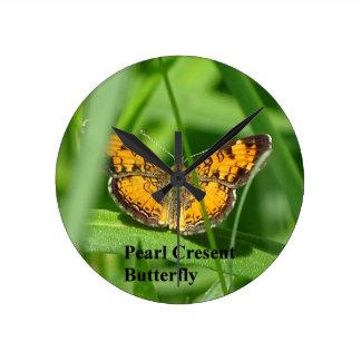 Papillon de croissant de perle horloge ronde
