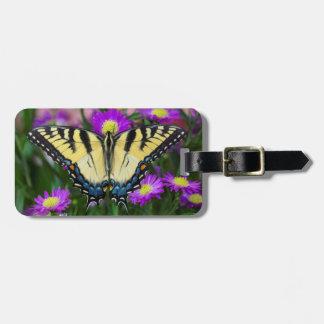 Papillon de machaon sur la marguerite étiquette pour bagages