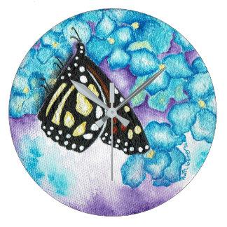 Papillon de monarque et horloge murale ronde