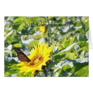 Papillon de monarque sur la carte de sympathie de