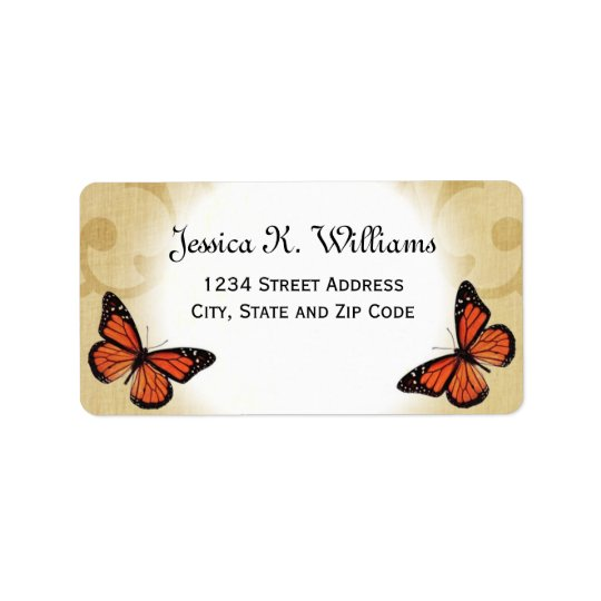 Papillon de monarque sur le parchemin étiquette d'adresse