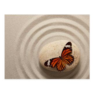 Papillon de monarque sur une pierre dans un jardin carte postale