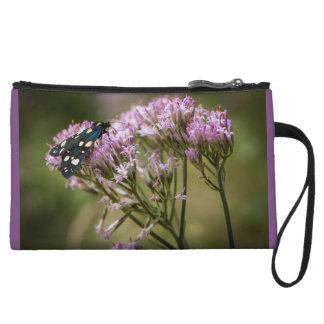 Papillon de ressort sur des fleurs sauvages sac à main avec anse
