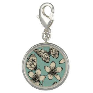 Papillon et fleurs vintages rustiques sur la breloques