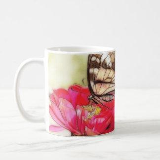 Papillon jaune de machaon sur un Zinnia Mug