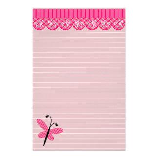 Papillon rose et stationnaire rayé par dentelle motifs pour papier à lettre