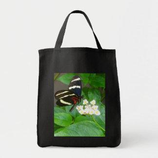 Papillon sur le sac fourre-tout à fleurs