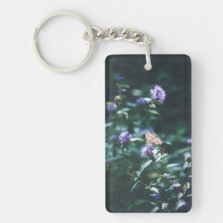 Papillon sur les fleurs sauvages porte-clefs