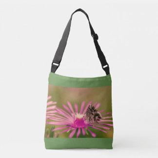 Papillon sur une fleur sauvage pourpre sac