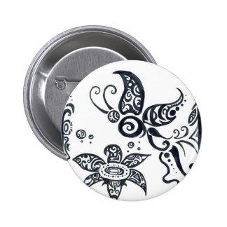 Papillon tribal dans le bouton à l'encre noire badge rond 5 cm