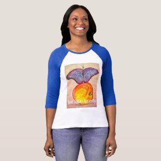 Papillon vivant d'aujourd'hui de papillon et t-shirt