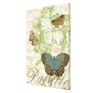 Papillons sur la musique de feuille avec la toile