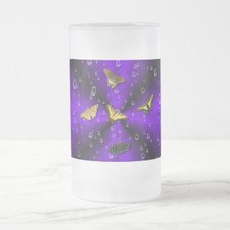 Papillons sur lilas des arcs-en-ciel frosted glass beer mug