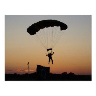 Parachute de parachutiste à la carte postale de