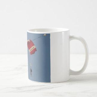 Parachutisme comme il se rapporte à garder un mug
