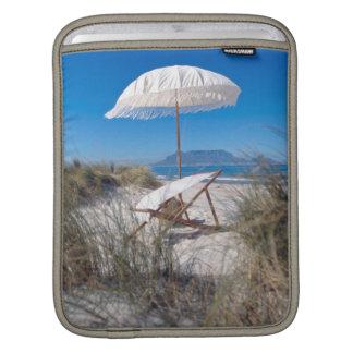 Parapluie et chaise sur la plage poches pour iPad