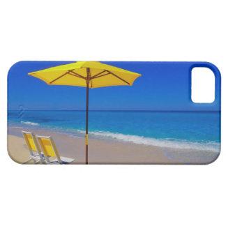Parapluie et chaises de plage jaunes sur immaculé coque iPhone 5 Case-Mate