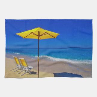 Parapluie et chaises de plage jaunes sur immaculé serviettes éponge