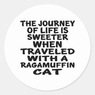 Parcouru avec le chat de va-nu-pieds sticker rond