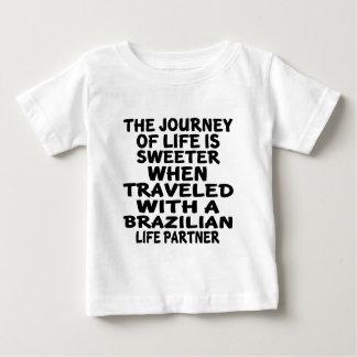 Parcouru avec un associé brésilien de la vie t-shirt pour bébé
