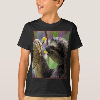 Paresse d'arbre Trois-Bottée avec la pointe du T-shirt