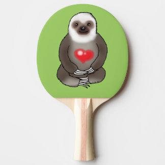 paresse mignonne avec le coeur rouge raquette tennis de table