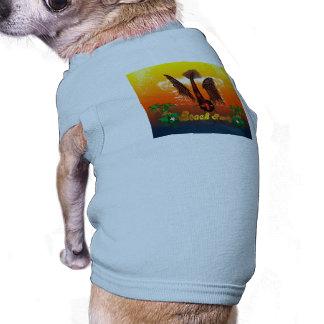 Partie de plage avec les poissons drôles et tee-shirt pour animal domestique