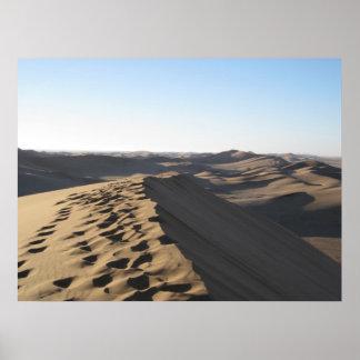 Pas sur une dune affiche