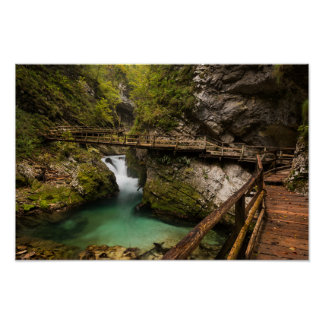 Passage couvert en bois par le canyon de gorge de posters