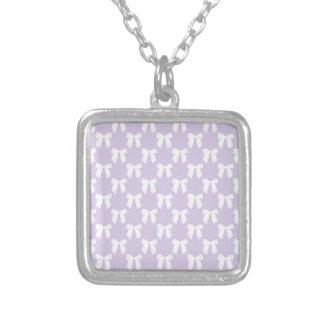 Pastel lilas de ressort avec les arcs blancs pendentif