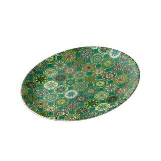Patchwork vintage avec les éléments floraux de assiette en porcelaine