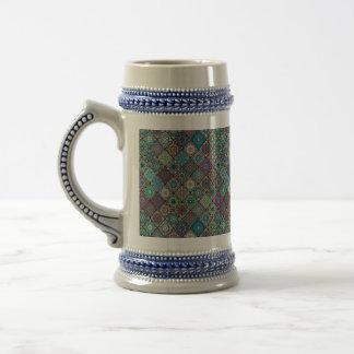 Patchwork vintage avec les éléments floraux de chope à bière
