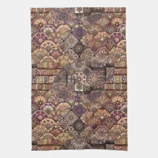 Patchwork vintage avec les éléments floraux de linges de cuisine