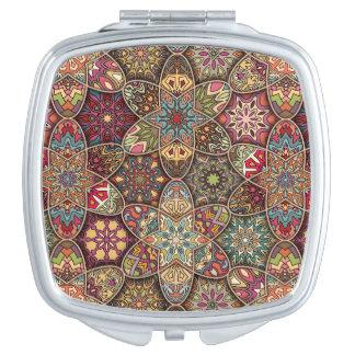 Patchwork vintage avec les éléments floraux de miroir de poche
