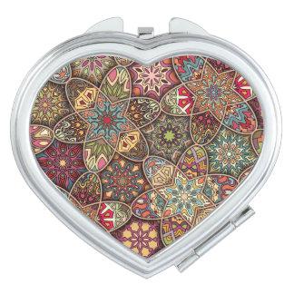 Patchwork vintage avec les éléments floraux de miroirs de voyage