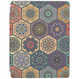 Patchwork vintage avec les éléments floraux de protection iPad