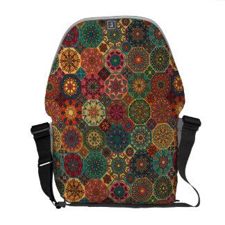 Patchwork vintage avec les éléments floraux de sacoches
