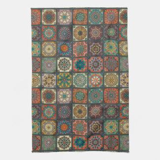 Patchwork vintage avec les éléments floraux de serviette pour les mains