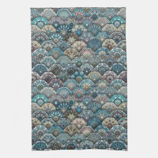 Patchwork vintage avec les éléments floraux de serviettes pour les mains