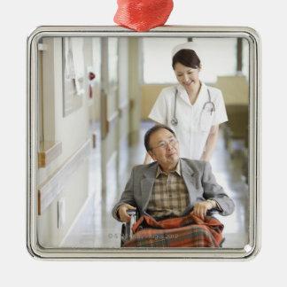 Patient et infirmière ornement carré argenté