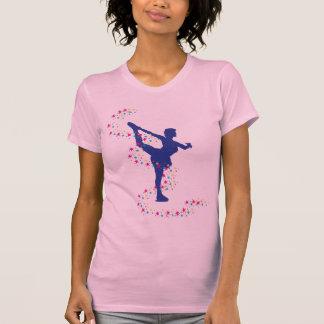 Patineur artistique bleu avec le T-shirt d'étoiles