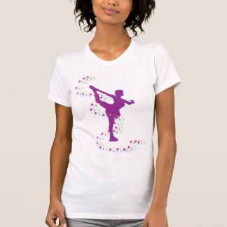 Patineur artistique pourpre avec le T-shirt