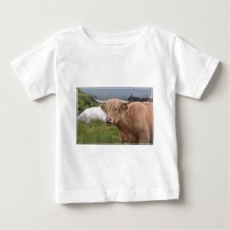 Pâturage de la vache des montagnes t-shirt pour bébé